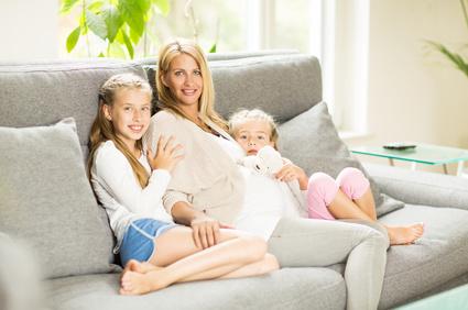 Mutter und Kinder zu hause