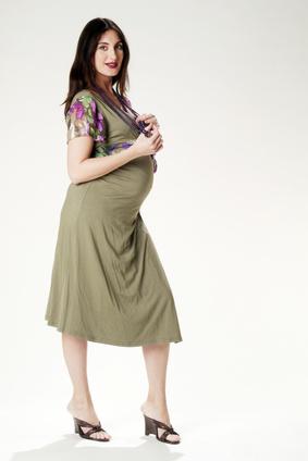 Schwangere Frau in modischem Kleid